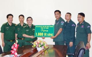 BĐBP Tây Ninh: Tặng Ty CA tỉnh Tboung Khmum 1.000 lít xăng