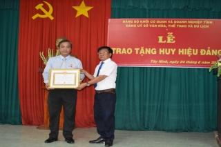 Phó Giám đốc Sở VHTT&DL Tây Ninh nhận Huy hiệu 30 năm tuổi Đảng