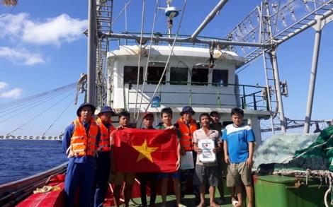 Âu tàu Trường Sa đồng hành cùng ngư dân