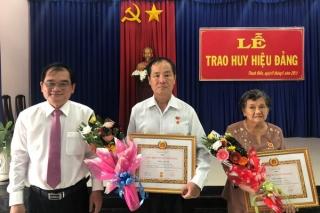 Trao huy hiệu 55, 50 và 40 năm tuổi Đảng