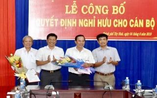 Trao quyết định nghỉ hưu cho Phó Chủ tịch UBND Thành phố và Trưởng Ban Tổ chức Thành ủy