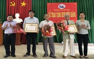 Trao huy hiệu 60, 50 năm tuổi Đảng cho đảng viên ở Châu Thành