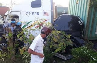 Container va chạm với ô tô, 5 người tử vong