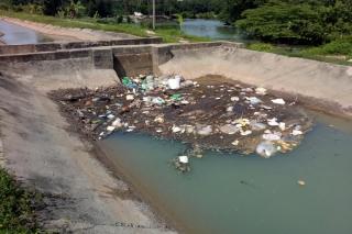 Rác thải dồn ứ gây ô nhiễm dòng kênh