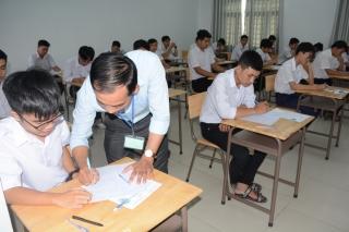 Kết thúc buổi thi đầu tiên Kỳ thi THPT quốc gia năm 2019 * Hai thí sinh bị bệnh không thể dự thi.