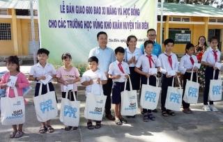 Trao học bổng và tặng 600 bao xi măng cho các trường học ở Tân Biên