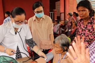 Khám bệnh, tặng quà cho người dân Tboung Khmum
