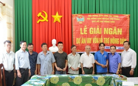 Tân Châu: Trao vốn hỗ trợ nông dân chăn nuôi