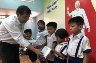 Chủ tịch UBND tỉnh trao học bổng cho học sinh Châu Thành