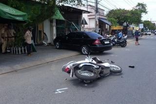 Ôtô va chạm xe máy, tông vào nhà dân