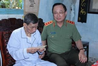 Thứ trưởng Bộ Công an thăm các gia đình chính sách tại Tây Ninh