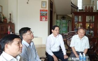 Bí thư Tỉnh uỷ Phạm Viết Thanh thăm, tặng quà gia đình chính sách