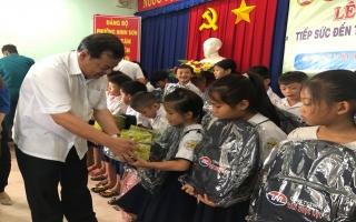 Chủ tịch UBND tỉnh trao học bổng cho học sinh nghèo