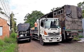 Ngang nhiên đậu xe tải chiếm lòng đường