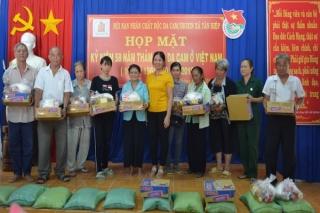 Xã Tân Hiệp: Tặng quà cho NNCĐDC/Dioxin