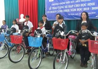 Trao xe đạp cho học sinh có hoàn cảnh khó khăn.