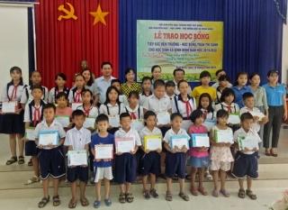 Trao học bổng cho học sinh nghèo tại xã Bình Minh
