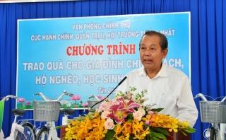 Phó Thủ tướng Trương Hòa Bình tặng quà cho gia đình chính sách ở Tây Ninh