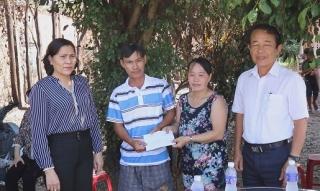 Lãnh đạo huyện Gò Dầu thăm gia đình bị hỏa hoạn