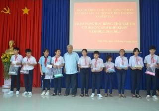 Trao học bổng cho học sinh xã Hiệp Tân