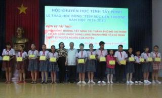 """Trao học bổng """"Tiếp sức đến trường"""" cho học sinh Gò Dầu"""