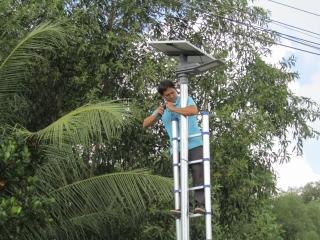 Lắp đặt đèn năng lượng mặt trời chiếu sáng công cộng