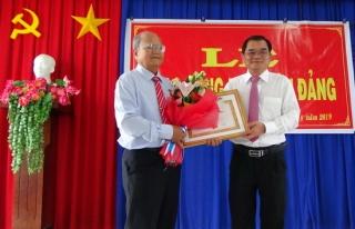 Trao huy hiệu 55 năm tuổi Đảng cho nguyên Phó Chủ tịch UBND tỉnh