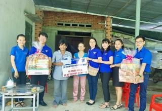 Chi đoàn Viễn thông Tây Ninh tặng quà cho người nghèo