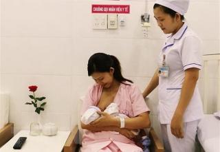 Hơn 73% trẻ sơ sinh không được bú sớm trong vòng 1 giờ sau sinh