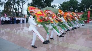 Lãnh đạo tỉnh viếng Nghĩa trang liệt sĩ Trà Võ