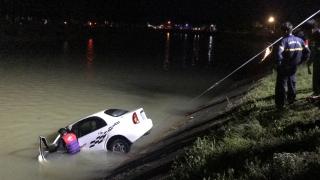 CATN cứu hộ xe ô tô bị đâm xuống kênh