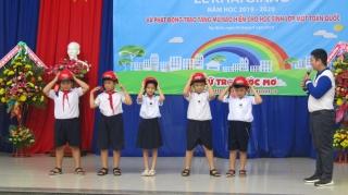 Ban ATGT Tây Ninh tặng mũ bảo hiểm cho học sinh