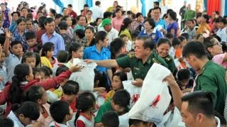 Tặng quà Trung thu cho trẻ em