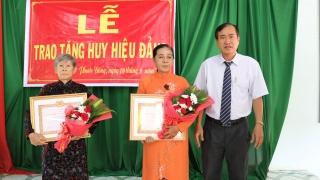 Gò Dầu: Trao tặng huy hiệu 50, 45 và 30 năm tuổi Đảng cho các đảng viên