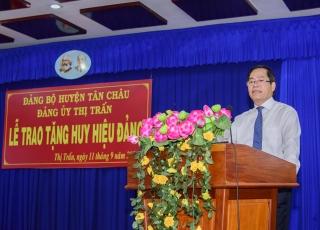 Bí thư Tỉnh ủy trao huy hiệu Đảng cho đảng viên lão thành ở Tân Châu