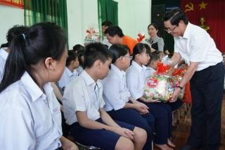 Bí thư Tỉnh uỷ tặng quà Trung thu cho trẻ em kém may mắn