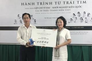 """Tập đoàn Trung Nguyên tặng bộ sách """"Khơi dậy niềm tin khởi nghiệp"""" cho Thư viện tỉnh Tây Ninh"""