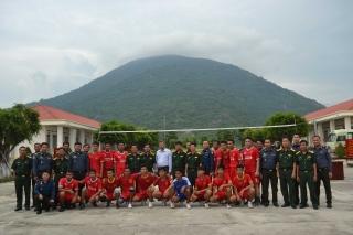 Bộ CHQS Tây Ninh thăm, tặng quà học viên Campuchia