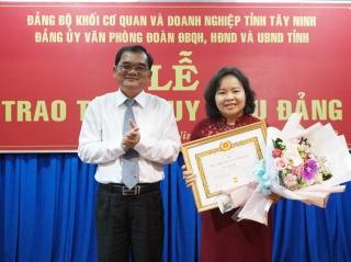 Trao Huy hiệu 30 năm tuổi Đảng cho Phó Chủ tịch HĐND tỉnh