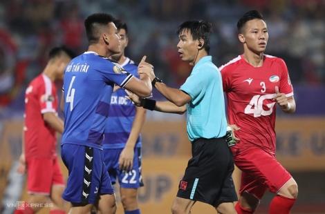 Trọng tài Trương Hồng Vũ xin lỗi vì 'chỉ tay ngược hướng'
