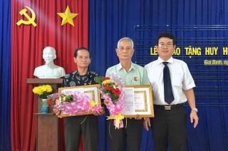 Trao huy hiệu Đảng cho đảng viên xã Gia Bình