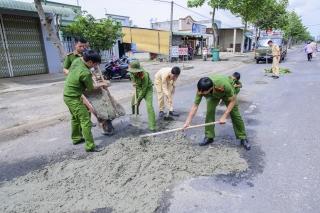 Công an Tân Châu tham gia sửa chữa đường giao thông