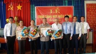 Trao huy hiệu Đảng đợt 2.9 cho đảng viên ở Trảng Bàng