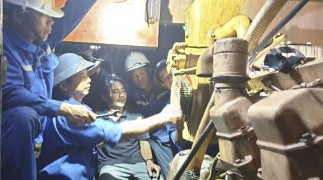 Kịp thời khắc phục sự cố máy tàu cá QNg 95579TS