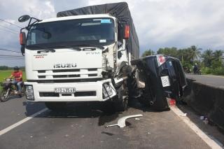 Bất ngờ chuyển làn, ô tô con bị xe tải tông nát
