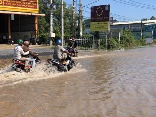Mưa lớn gây ngập nhiều nơi.