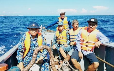 Tàu 624 kịp thời cứu nạn 12 ngư dân bị chìm tàu tại Đảo Đá Tây