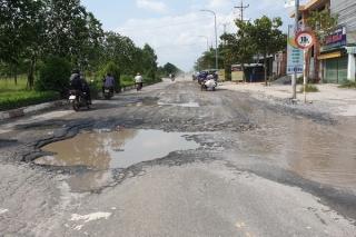 Nguy cơ tai nạn giao thông khi đường xuống cấp vào mùa mưa