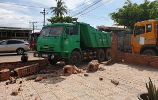 Châu Thành: Xe tải tông sập cổng nhà dân