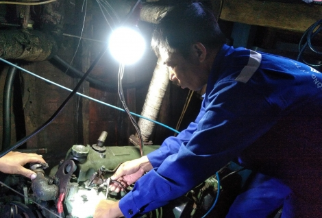 Trung tâm Hậu cần - Kỹ thuật đảo Sinh Tồn: Sửa chữa kịp thời sự cố máy tàu cá PY 91999 TS